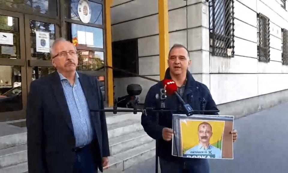 Niedermüller Péter és Borka-Szász Tamás az inkriminált plakáttal